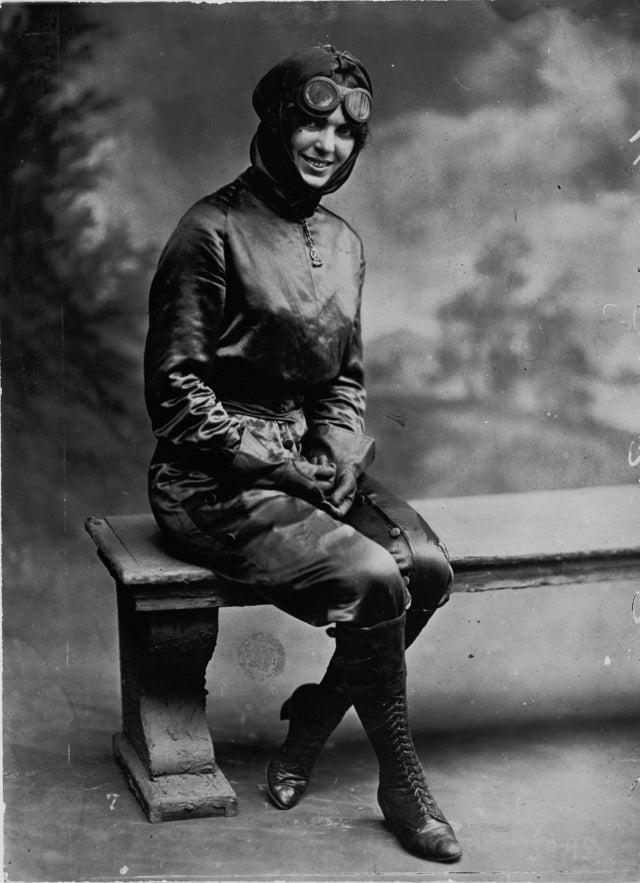 Miss Harriot Quimby, aviadora que tornou-se a primeira mulher piloto licenciada dos Estados Unidos, em 1 de agosto de 1911. Em 16 de abril de 1912, ela foi a primeira mulher a voar em um avião pelo Canal da Mancha.