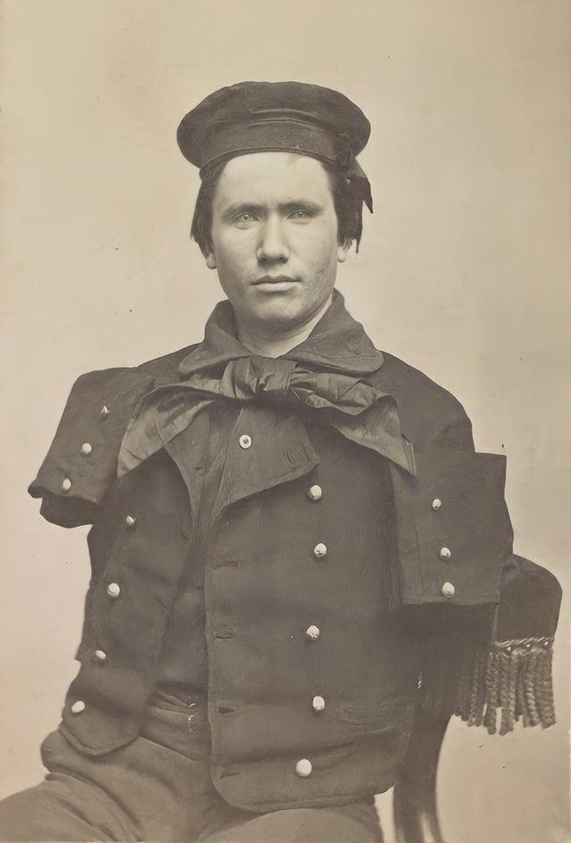 Foto de Richard D. Dunphy. Ele nasceu na Irlanda e imigrou para os Estados Unidos, ingressando na Marinha, em 1863. Enquanto trabalhava como aquecedor de carvão a bordo do USS Hartford, Dunphy perdeu ambos os braços devido a fragmentos de projéteis durante a Batalha de Mobile Bay, em 1864. Por suas ações, ele foi premiado com a Medalha de Honra.