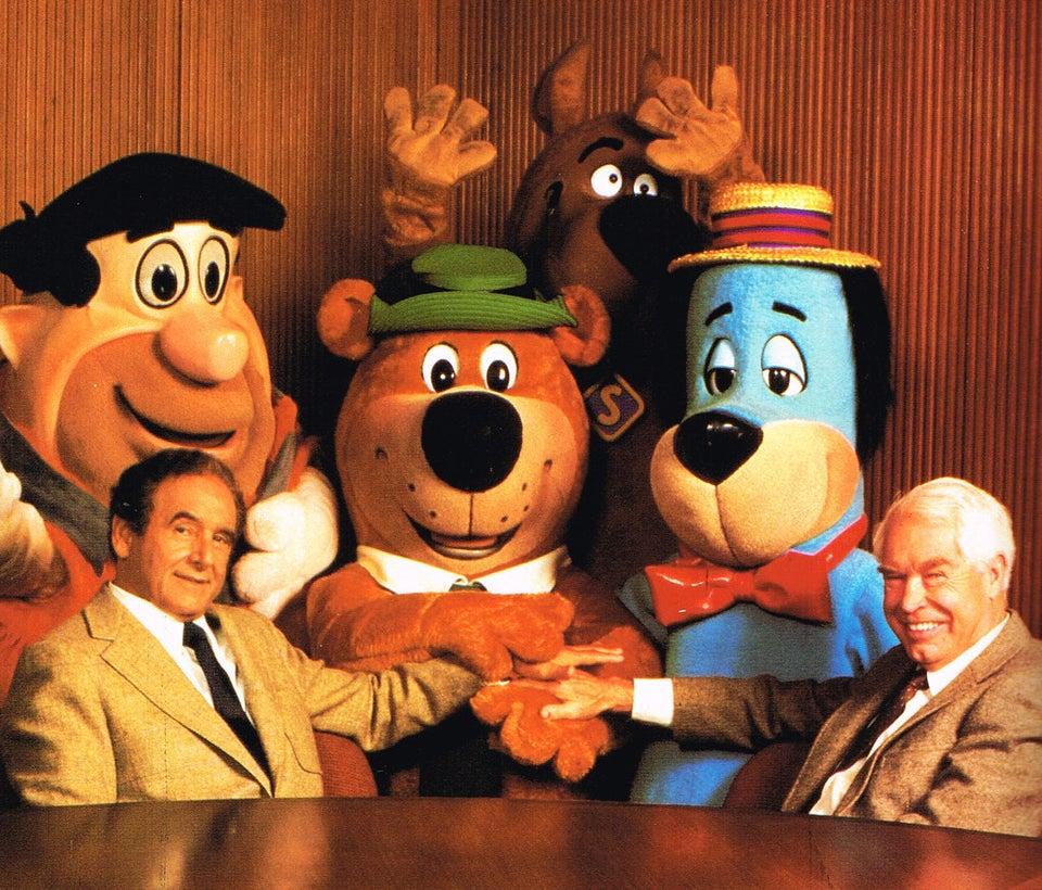 Joseph Barbera e Bill Hanna com alguns de seus personagens populares. Quando a MGM fechou unidade de animação, em 1957, eles pararam de produzir desenhos animados de Tom e Jerry e começaram seu próprio estúdio para atenderem o apatite insaciável da TV por conteúdo infantil.