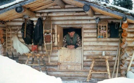 Richard Louis Proenneke foi um naturalista americano autodidate, conservacionista, escritor e fotógrafo da vida selvagem que, desde os 51 anos, resolveu viver sozinho por quase trinta anos (1969-1999) nas montanhas do Alasca, em uma cabana de madeira que ele mesmo construiu.