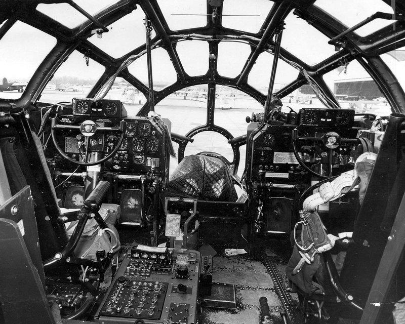 Convés de vôo e controles de um B-29.