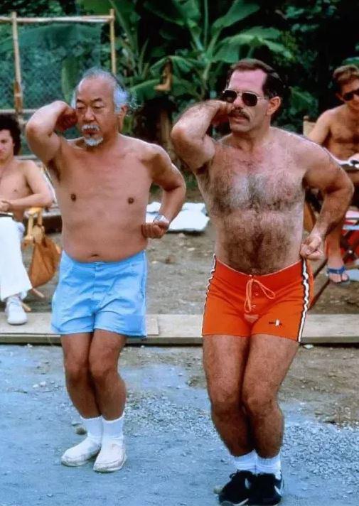 Pat Morita, o eterno Sr. Miyagi, aprendendo Karatê para seu papel em Karate Kid, em 1988.