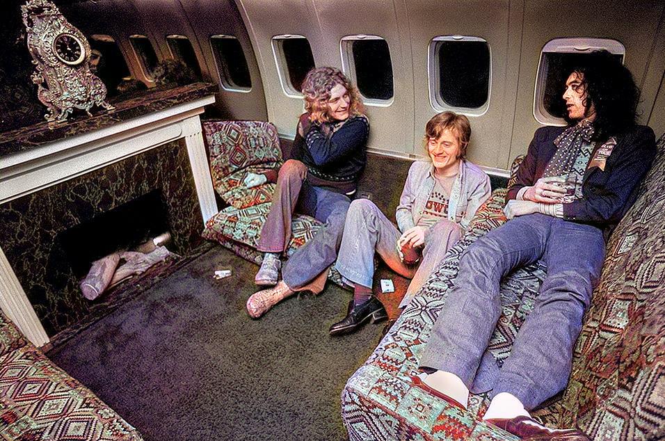 O jato particular do Led Zeppelin, um antigo Boeing 720, da United Airlines, tinha uma lareira funcional embutida.