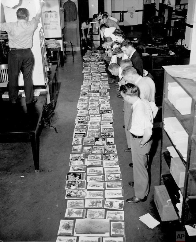 Equipe da agência da Associated Press, em Washington DC, examina 153 fotos enviadas durante os primeiros quatro dias e meio da invasão da Normandia, de 6 a 10 de junho de 1944.
