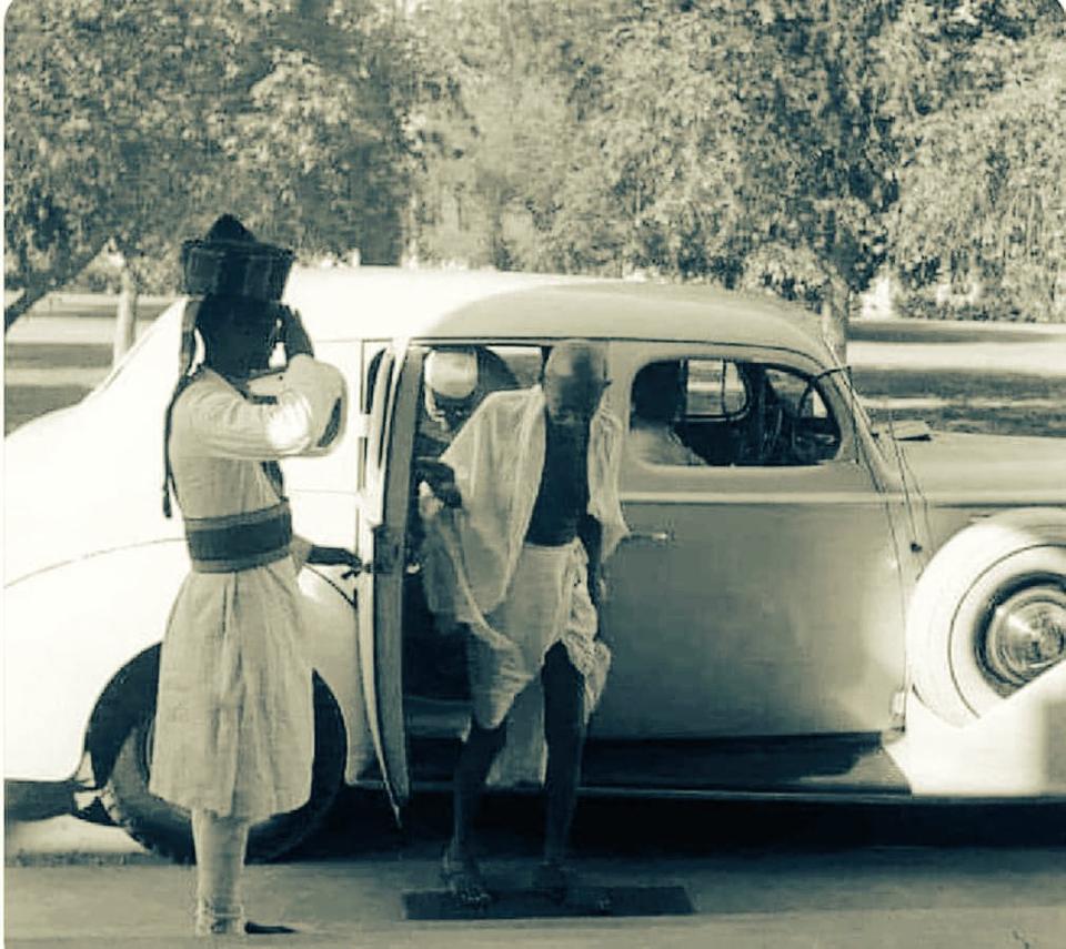 Gandhi desembarcando de um taxi, entre 1935 e 1941, na India.