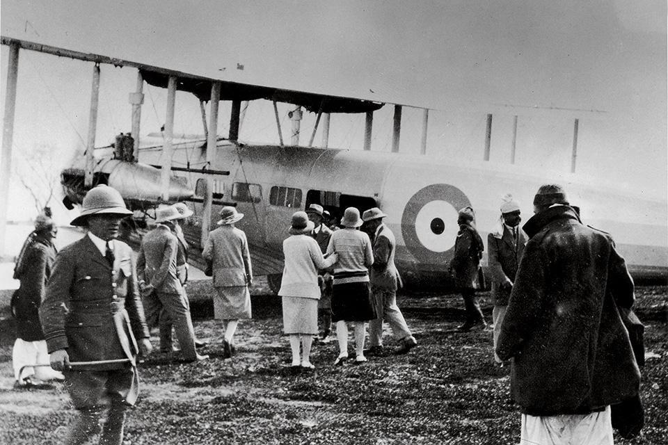 Cidadãos britânicos se preparam para embarcar em aeronave no aeródromo de Sherpur durante fuga de Cabul, em meio à Guerra Civil Afegã, em 1929.