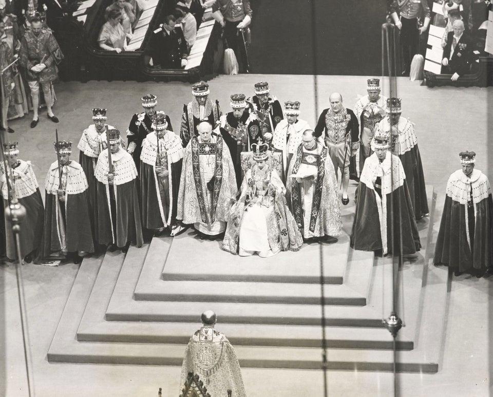 Rainha Elizabeth II sendo coroada em 1953.