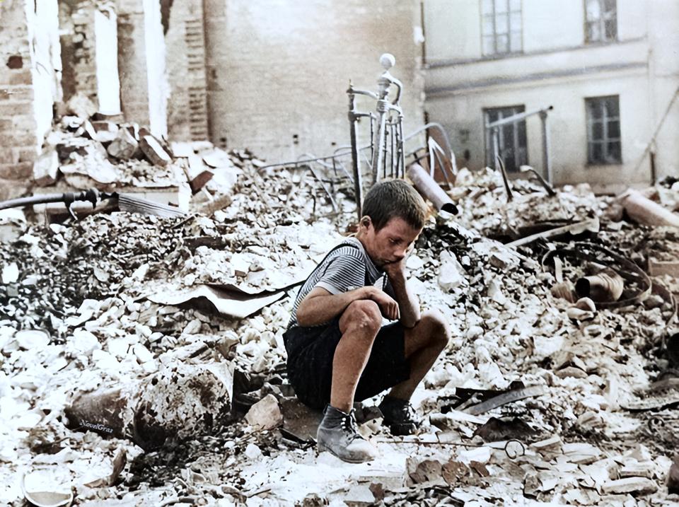 Jovem polonês retorna ao que era sua casa,  durante uma pausa nos ataques aéreos alemães em Varsóvia, Polônia, setembro de 1939.
