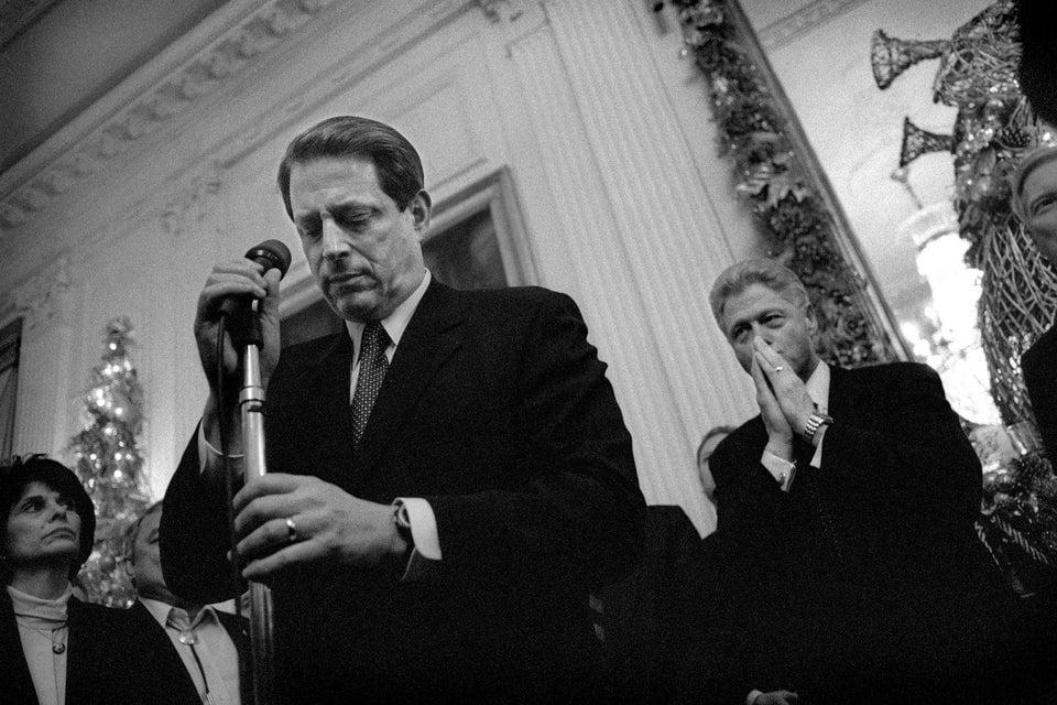 Vice-presidente norte-americano Al Gore se prepara para falar com a equipe na Casa Branca, em dezembro de 1998, depois que o presidente Clinton sofreu pedido de acusação de impeachment.