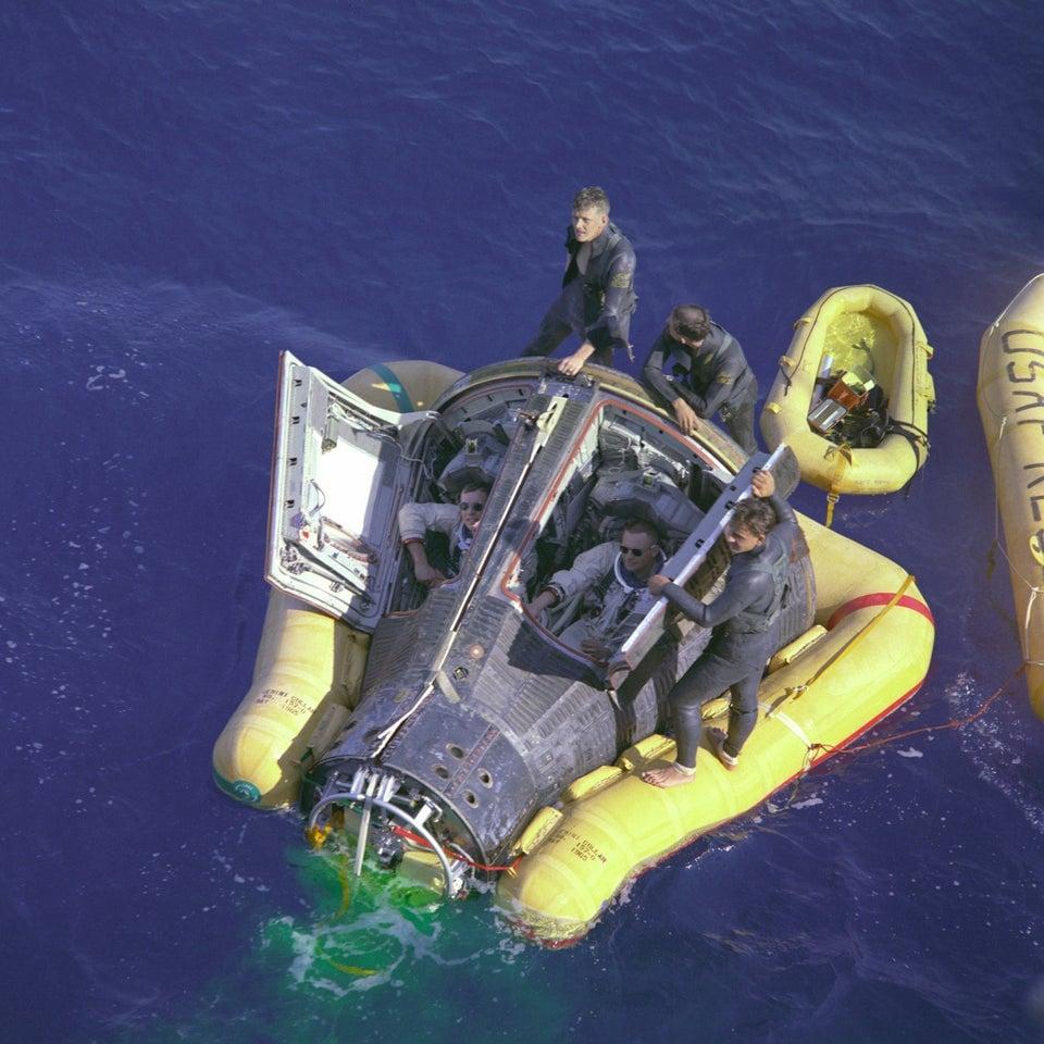 Neil Armstrong e David R. Scott aguardando a chegada do navio de resgate após pouso bem-sucedido, em 17 de março de 1966.
