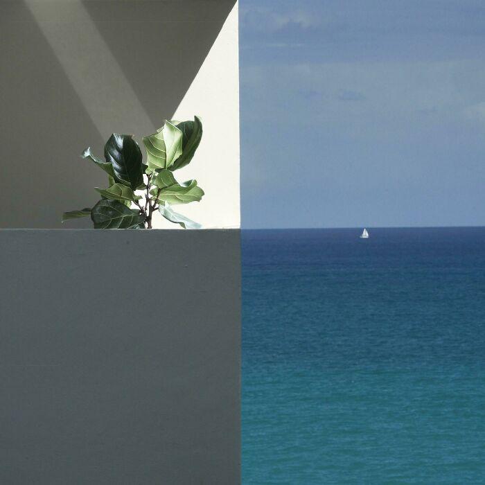 Varanda dos vizinhos alinhados perfeitamente com o horizonte.