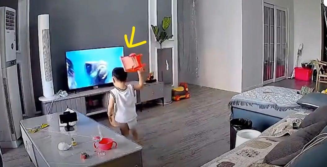 Menino quebra TV enquanto tenta ajudar o super-herói na tela; assista