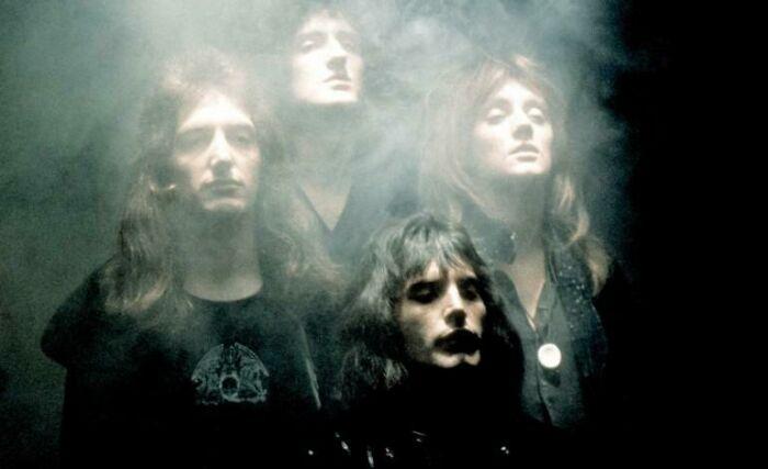 Queen filmando o icônico clipe de Bohemian Rapsody, em 1975.