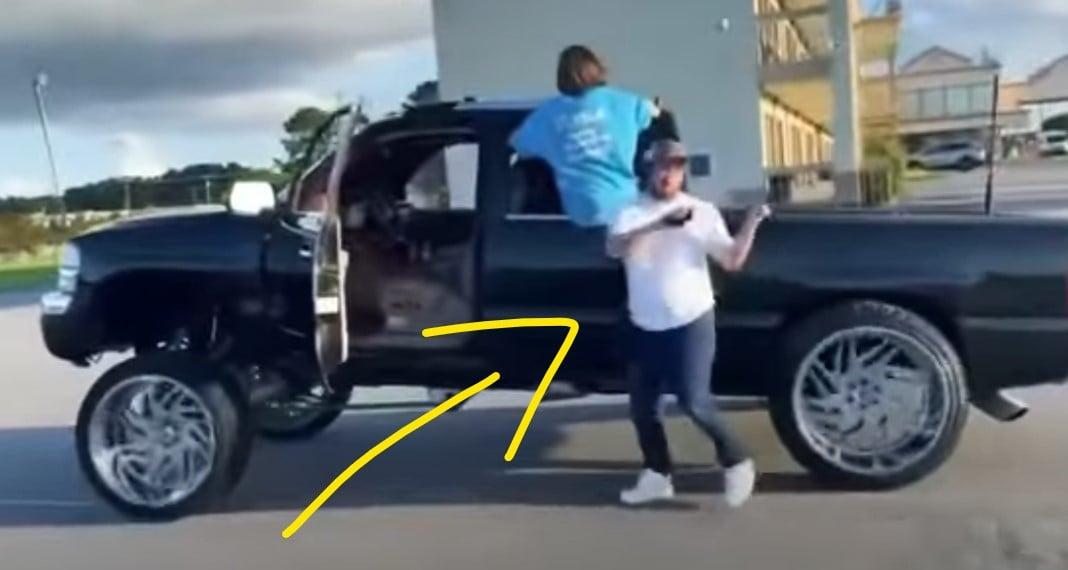 Rapaz é atropelado por sua própria caminhonete enquanto gravava dança para o TikTok