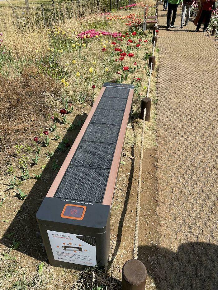 Bancos alimentados por energia solar, em Seul. Eles possuem carregadores USB e sem fio para você carregar seu celular.