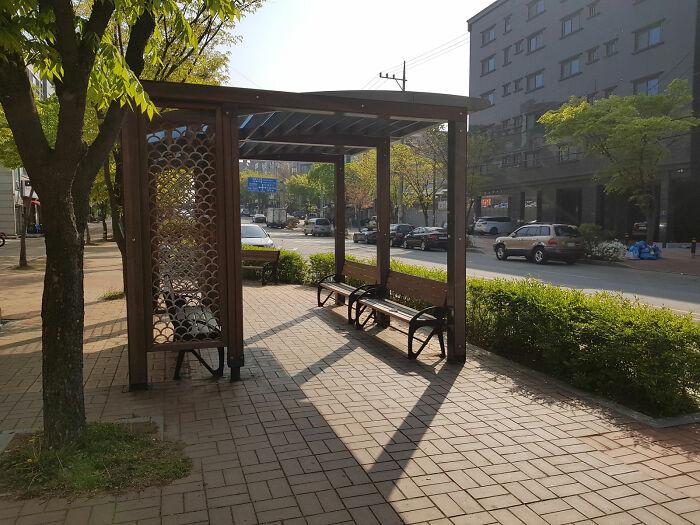 A cada meio quilômetro, encontra um local de descanso feito para pedrestres na cidade coreana de Ansan.