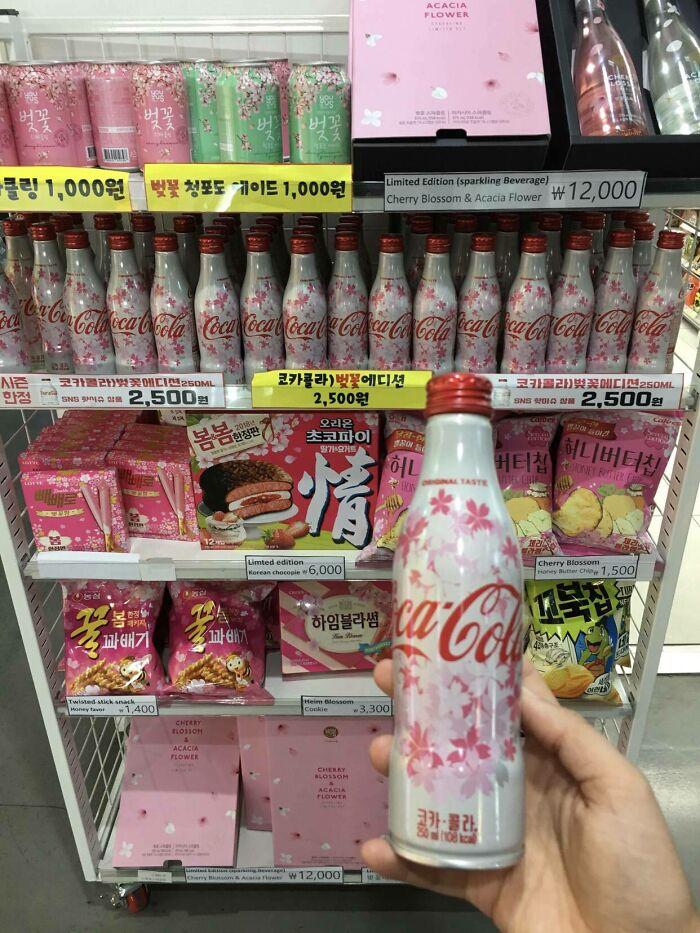 Garrafas de Coca Cola com tema de flor de cerejeira.