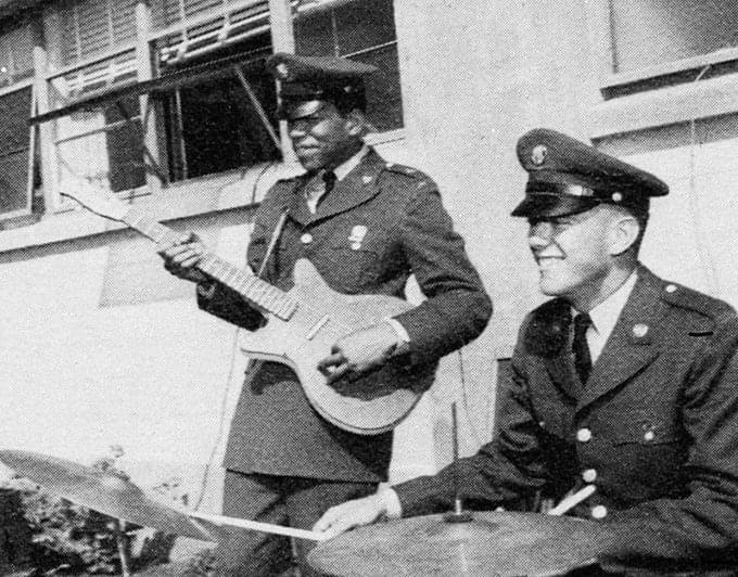 Jimi Hendrix dando uma palhinha no Exército dos Estados Unidos, em Fort Campbell, Kentucky, 1961.
