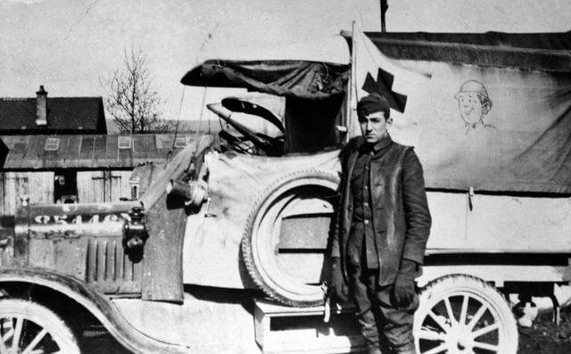 Walt Disney como motorista de ambulância da Cruz Vermelha, na França, após a Primeira Guerra Mundial, 1919.