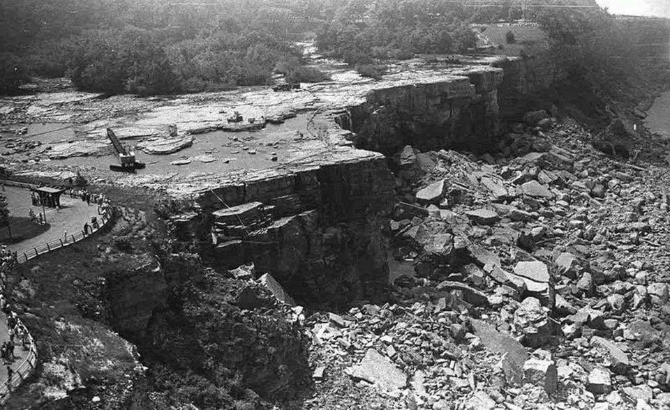 Foto rara mostrando as Cataratas do Niágara sem água, em 1969. Durante três dias, mais de 1,2 mil cargas de caminhão com areia e terra criaram uma barreira que diminuiu o volume de água para que os técnicos pudessem trabalhar na restauração do local, retirando rochas caídas na base das cataratas.