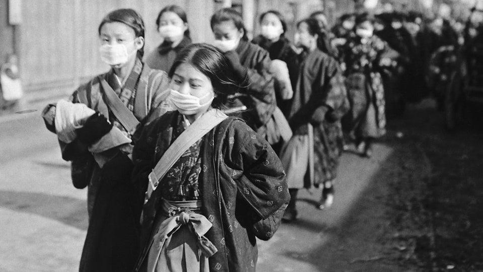 Crianças japoneses usando máscaras de proteção contra a epidemia de gripe, 1918.