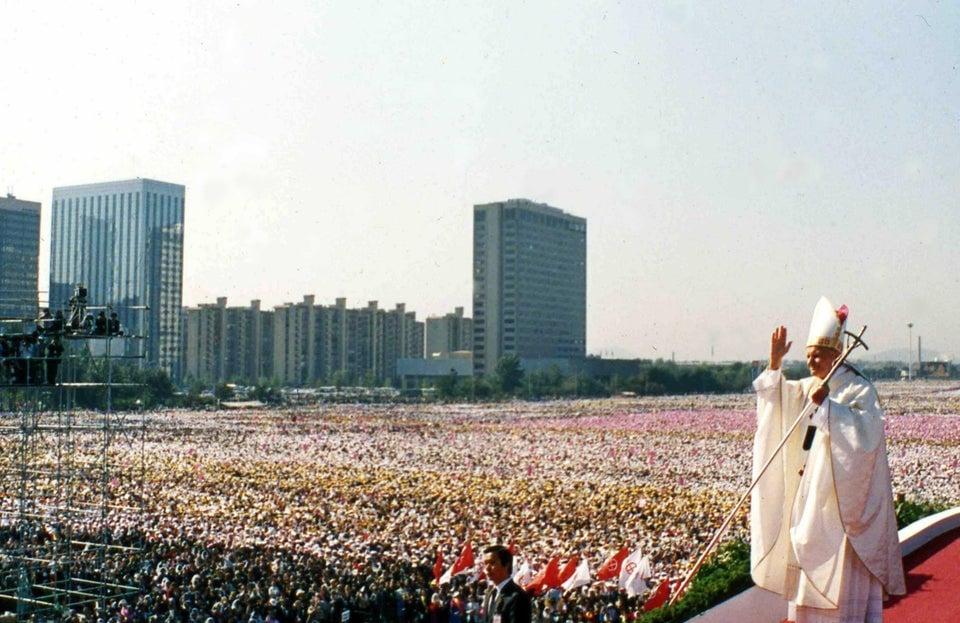 Papa João Paulo II acena ao chegar para a missa dominical no Youido Plaza, em Seul, Coreia do Sul. Mais de 700 mil pessoas compareceram ao culto para marcar o encerramento de 44ª Conferência Eucarística, em 1989.