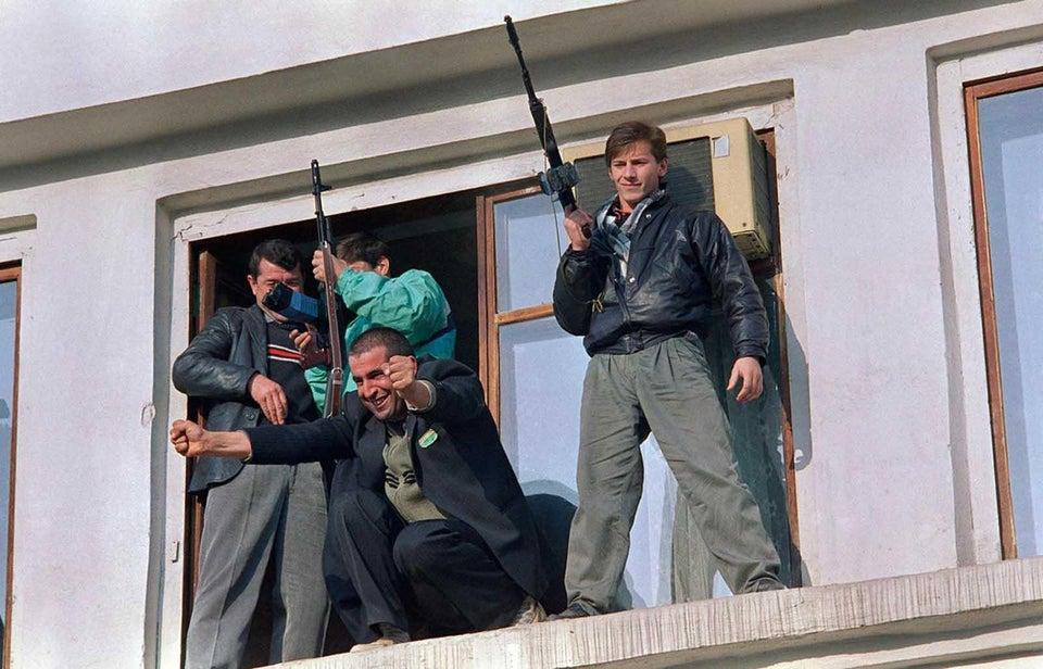 Queda da União Soviética: um checheno muito feliz abre os braços para a multidão durante um comício em Grozny, em 14 de novembro de 1991, para comemorar a retirada das tropas soviéticas do enclave muçulmano no sul da Rússia.