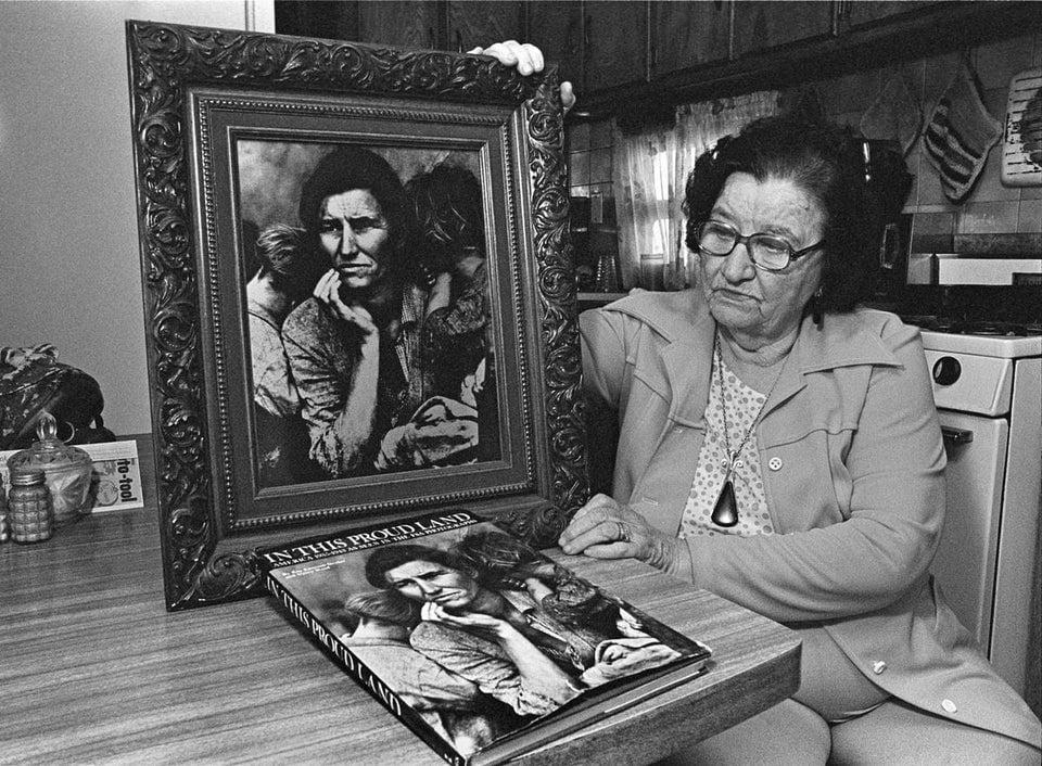 Florence Thompson, a mãe na famosa foto de Dorothea Lange, de 1936, mostrando sua imagem durante uma entrevista quando sua identidade foi descoberta, em 10 de outubro de 1978.