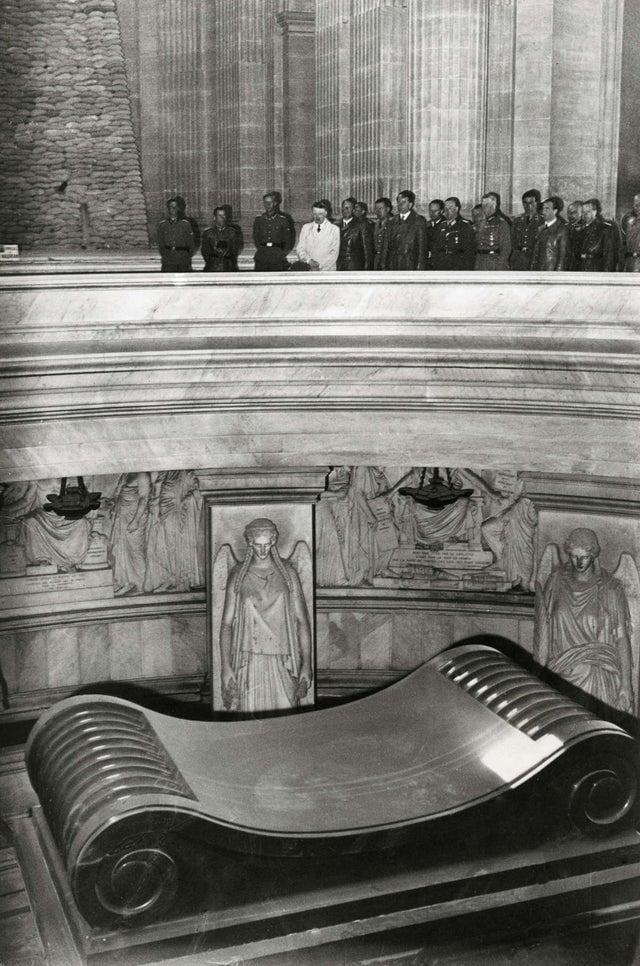Adolf Hitler visita túmulo de Napoleão em Les Invalides, Paris, França, 1940.
