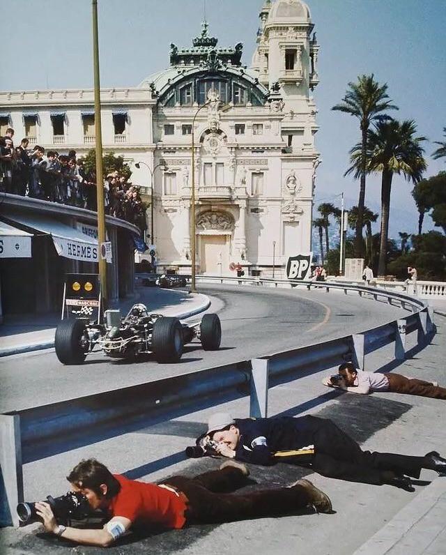 Fotógrafos alinhados na pista durante corrida de Formula 1 do Grande Prêmio de Mônaco, em 1968.