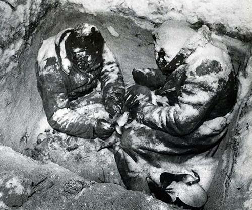 Dois soldados soviéticos congelados até a morte em uma trincheira, em 1940.