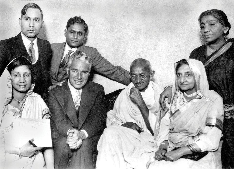 Mahatma Gandhi conhece Charlie Chaplin enquanto visita Londres, em 1931.