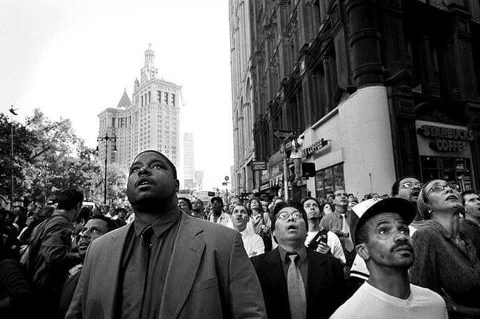 Pedestres ainda sem entender o que estava acontecendo, em 11 de setembro de 2001