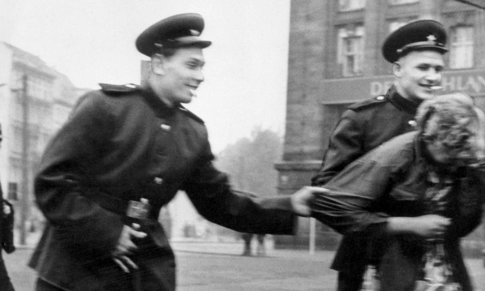 1945: Mulheres alemãs resistem a soldados do Exército Vermelho. As mulheres alemãs sofreram o maior estupro em massa da história pelos soviéticos.