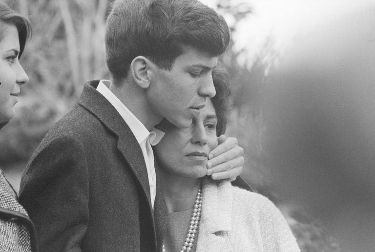 Nancy Sinatra abraça o filho de 19 anos, Frank Sinatra Jr, após ser sequestrado sob a mira de uma arma em um quarto de hotel em Lake Tahoe, 1963.