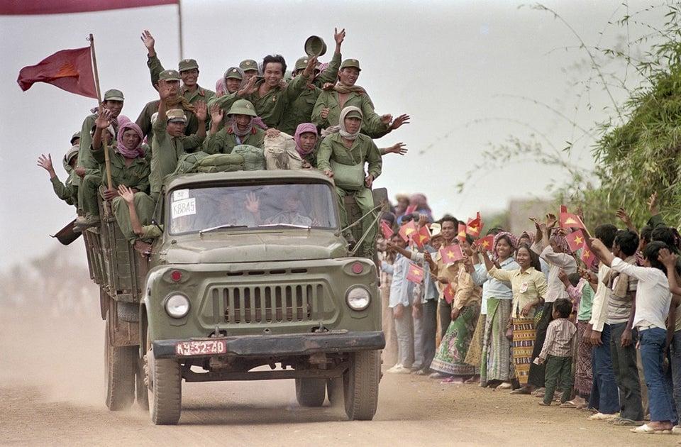 Soldados do exército vietnamita se despedindo do povo cambojano durante retirada das tropas vietnamitas, encerrando 10 anos de ocupação, 26 de setembro de 1989.