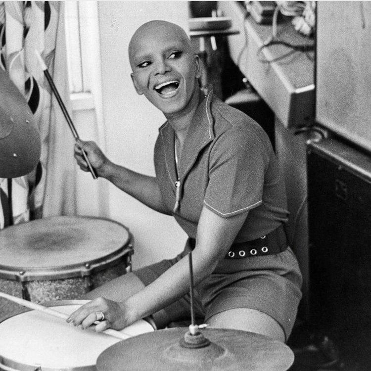Elza Soares tocando bateria, em 1972.