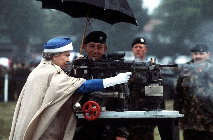 Rainha Elizabeth II disparando um rifle em Surrey, Inglaterra, 1993.