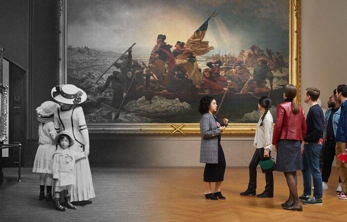 Visitantes no Metropolitan Museum Of Art, vendo pintura em 1910 e 2019