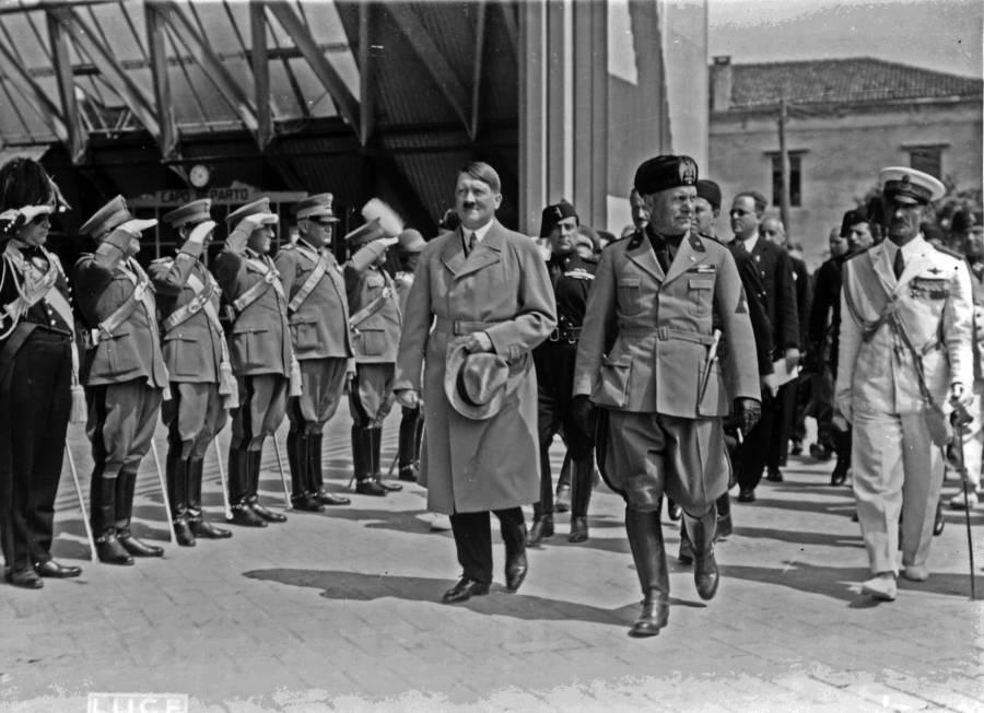 Hitler e Mussolini passando por tropas italianas. Veneza, 1934.