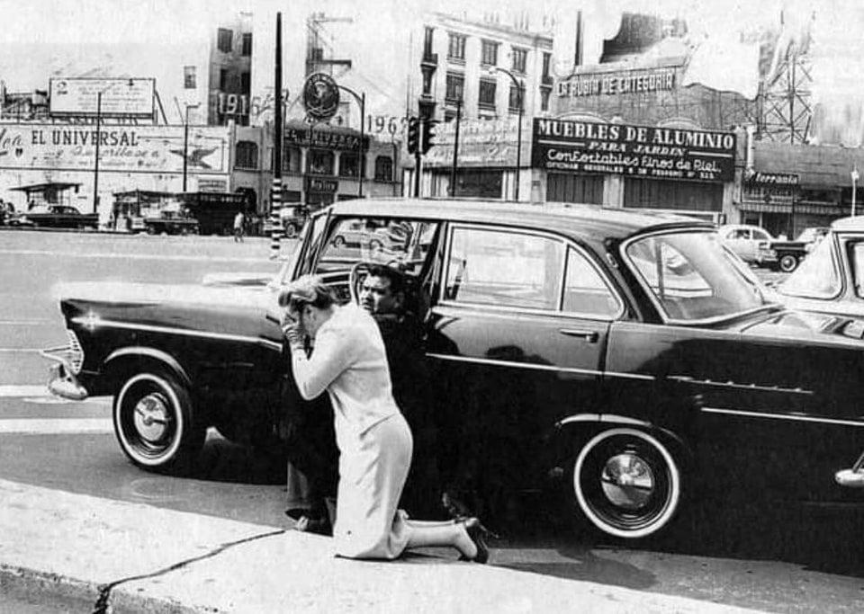 Mulher sai do carro para orar devido ao impacto causado por terremoto. Cidade do México, 1962.
