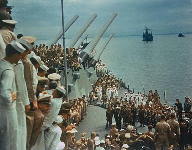 Soldados e marinheiros no convés do USS Missouri para assistir à rendição japonesa, que foi assinada a bordo, na Baía de Tóquio, em 2 de setembro de 1945.