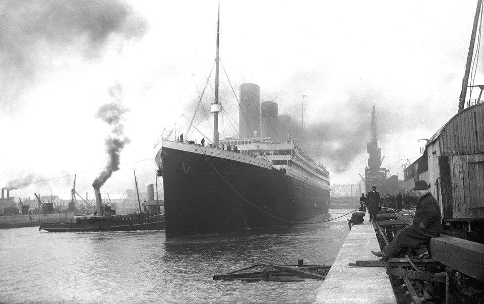 RMS Titanic ancorado em Southampton, Reino Unido, pronto para sua viagem inaugural em 10 de abril de 1912, apenas um dia antes de seu trágico naufrágio.