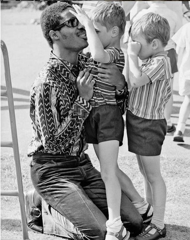 Stevie Wonder visitando uma escola infantil para cegos em Londres, 1970.