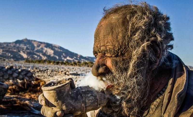 Amou Haji, um iraniano de 83 anos, é considerado por muitos como o homem mais sujo do mundo. Ele afirma que não toma banho há mais de 65 anos. Segundo Amou, ele tem medo de água e por isso abre mão de banhos há décadas. Os moradores explicaram que ele tem traumas emocionais de quando era mais jovem. Isso o levou a encontrar consolo em levar uma vida bizarra sozinho.