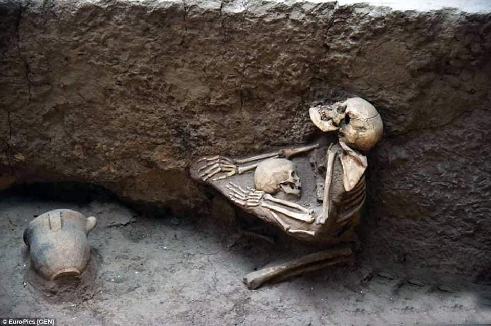 Esqueletos de 4 mil anos de uma mãe que tentava proteger seu filho de um grande terremoto que atingiu a China em 2000 aC e provocou inundações massivas.