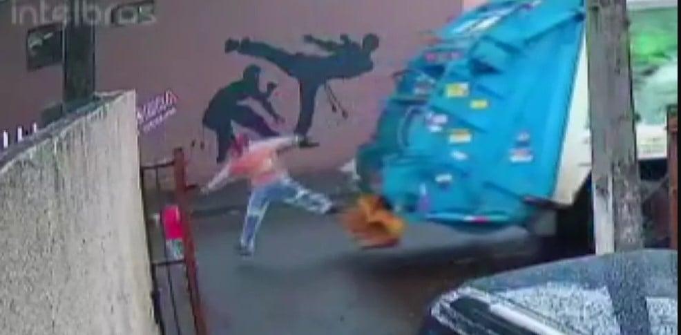 Coletor de lixo salva criança de ser atropelada por questão de segundos