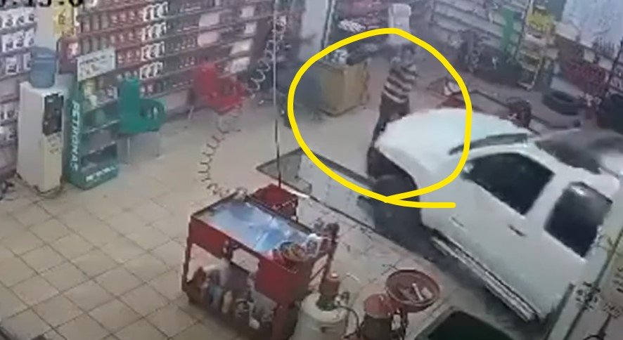 Mulher atropela funcionário de oficina de troca de óleo