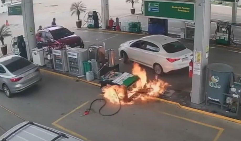 Carro derruba bomba de gasolina e funcionários se atrapalham para apagar fogo; vídeo