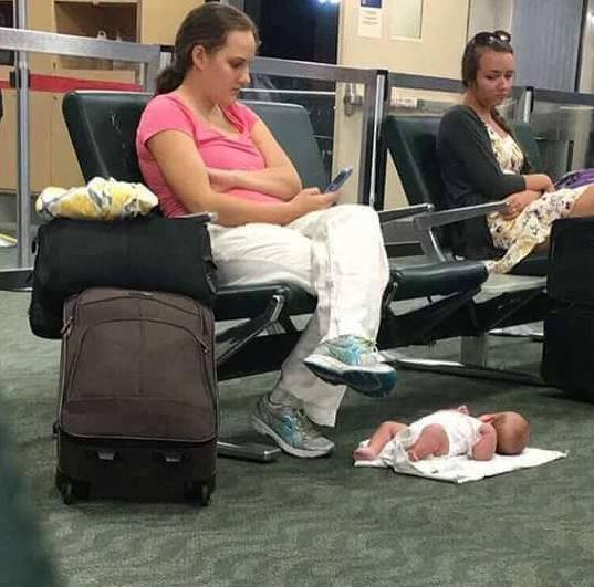 Esta foto mostra Molly Lensing mexendo no celular enquanto sua bebê está deitada no chão de um aeroporto. A foto repercutiu em 2017 e Molly foi muito criticada e chamada de imprudente, entre outras acusações. Entretanto, Molly explicou que viajava sozinha com a criança e ficaram aguardando uma conexão havia mais de 20 horas, sem que a companhia aérea aceitasse pagar um hotel para os passageiros.